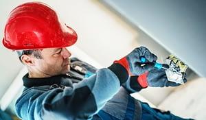 Entenda a importância do uniforme antichama para eletricista