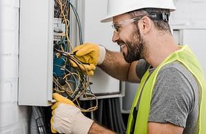 Saiba quais as características do uniforme de eletricista NR10 para risco 1 e 2