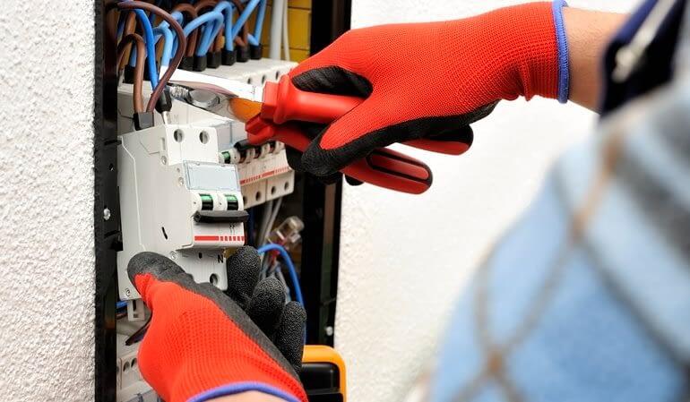 Alicates para eletricistas: principais modelos e suas características
